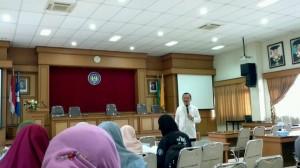 Suwarjo, WD III FIP saat memberikan sambutan pada monitoring laporan akhir Program Kreativitas Mahasiswa, Jumat (16/8)