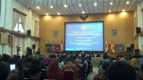 Selasa (13/11), Sumaryanto tengah membacakan teks pidato pengukuhan guru besarnya.