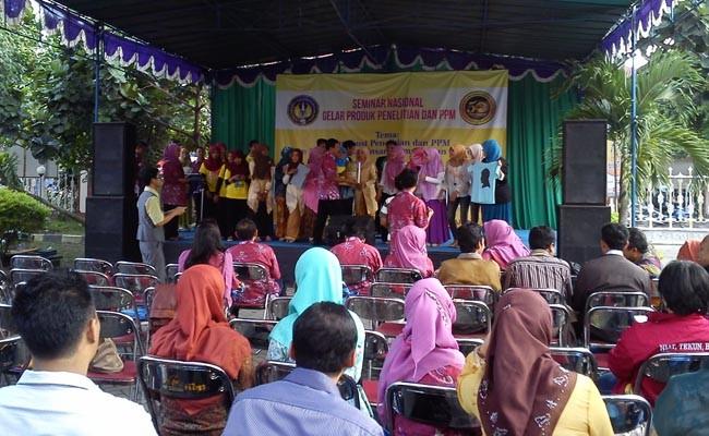 Rabu (23/4), Para penonton sedang menyaksikan pemenang lomba kewirausahaan di depan Gedung LPPM.