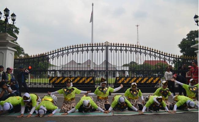 Kamis (1/5), tarian Saman yang dubawakan buruh gendong di depan Gedung Agung, Yogyakarta. (Janti | EKSPRESI)