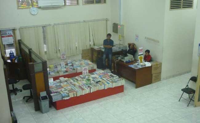 Selasa (13/5), salah satu stand pameran yang tengah dijaga oleh penjaga stand di lantai satu perpustakaan pusat UNY.