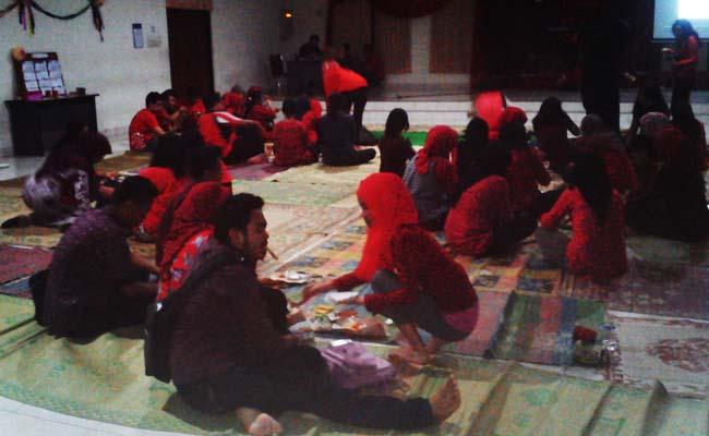 Selasa (20/5), suasana tradisional saat berlangsungnya Ultah PSM ke-28 di SC UNY lantai tiga dengan duduk lesehan.