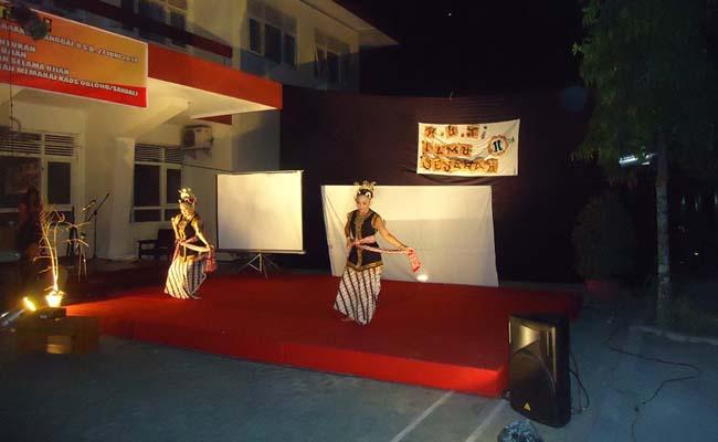 Jumat (6/6), dua orang penari, sebelah kiri, Nurul Rahmawati dan sebelah kanan Marni sedang menarikan tarian Sekar Puji Astuti.