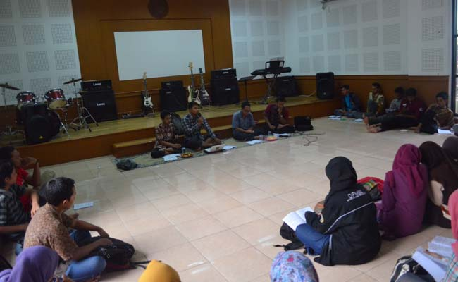 Rabu sore (18/2), Dewan Perwakilan Mahasiswa Universitas Negeri Yogyakarta (DPM UNY) melakukan sosialisasi UUD Rema di studio musik FIS