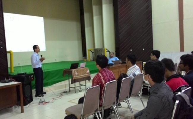 Senin (9/3), suasana workshop kepenulisan Pend Teknik Elektro di Aula FT UNY.