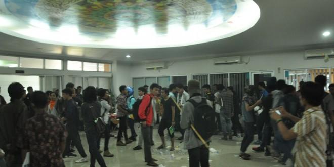 Puluhan mahasiswa yang menjadi massa aksi revisi UKT memenuhi Ruang Pimpinan UIN Sunan Kalijaga, Kamis (15/10). Massa aksi yang sebelumnya menunggu di ruang bawah akhirnya memilih untuk masuk ke Ruang Pimpinan di lantai dua setelah tidak mendapatkan respons dari jajaran pimpinan. | Foto: Prasetyo/Ekspresionline.com