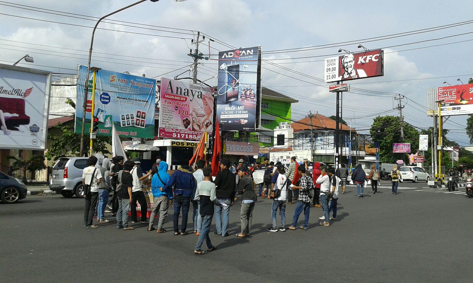 Massa aksi GNP tengah berkumpul di pertigaan UIN Sunan Kalijaga. Dalam aksinya, GNP melakukan longmarch sampai di depan Rektorat UNY. | Agil/EKSPRESI