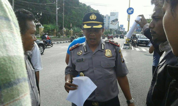 Jumat (29/01), Partono sedang menanggapi massa aksi perihal kesanggupan menjaga ketertiban lalu lintas ketika aksi berlangsung. Aksi dilakukan di pertigaan UIN Sunan Kalijaga.