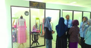 Di lantai dua, Laboratorium Kewirausahaan, Rochmat Wahab meninjau stand usaha mahasiswa
