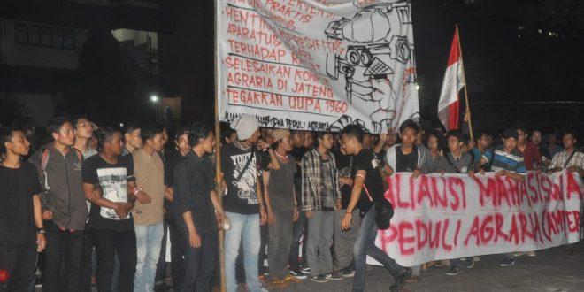 Massa aksi menunggu audiensi dengan Ganjar Pranowo di belakang gedung Kahar Muzakir.