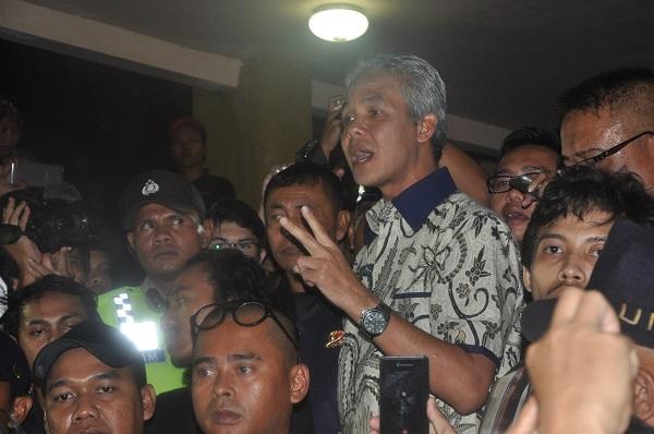 Ganjar Pranowo menemui massa aksi yang sudah berkumpul sejak sore hari di kampus pusat UII, Senin (2/5). Ia menerima karikatur dan dokumen kajian dari Ampera. Foto oleh Triyo.