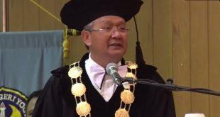 Rektor UNY, Rochmat Wahab, tengah berpidato dalam Upacara Dies Natalis ke-52 UNY 2016 di Auditorium UNY, Sabtu (21/5). Dok. Istimewa