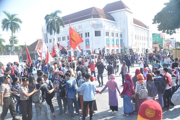 Massa aksi GNP berkumpul di Titik Nol Yogyakarta, Senin (2/5). Foto oleh Triyo.
