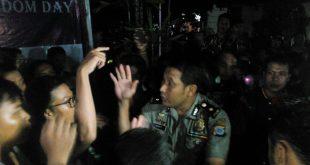 Sigit Haryadi memaksa panitia membubarkan acara di nonton bareng dan diskusi film Pulau Buru Tanah Air Beta pada Selasa (3/5) di Kantor AJI Yogyakarta. Foto oleh Prima.