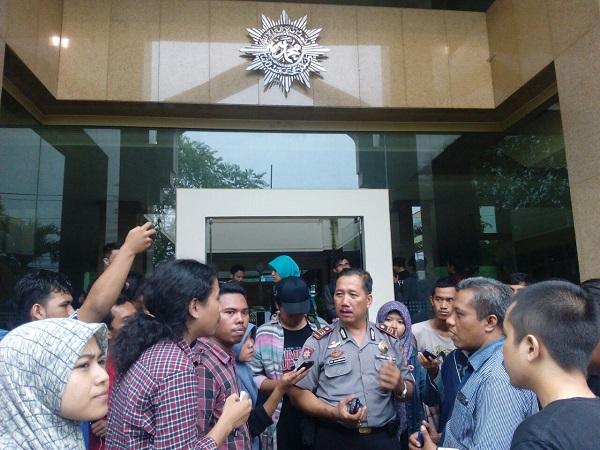 Pihak kepolisian tengah berbicara dengan perwakilan massa aksi dan pegawai PP Muhammadiyah. Foto oleh Prima/EKSPRESI