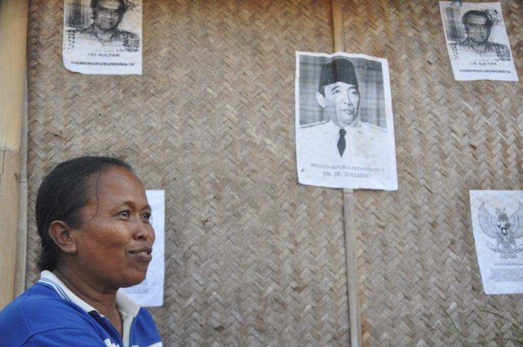 Bu Kawit, di depan rumahnya yang ia fungsikan juga sebagai sanggar belajar. Kini rumah itu terancam digusur Sultan. Foto oleh Imam.