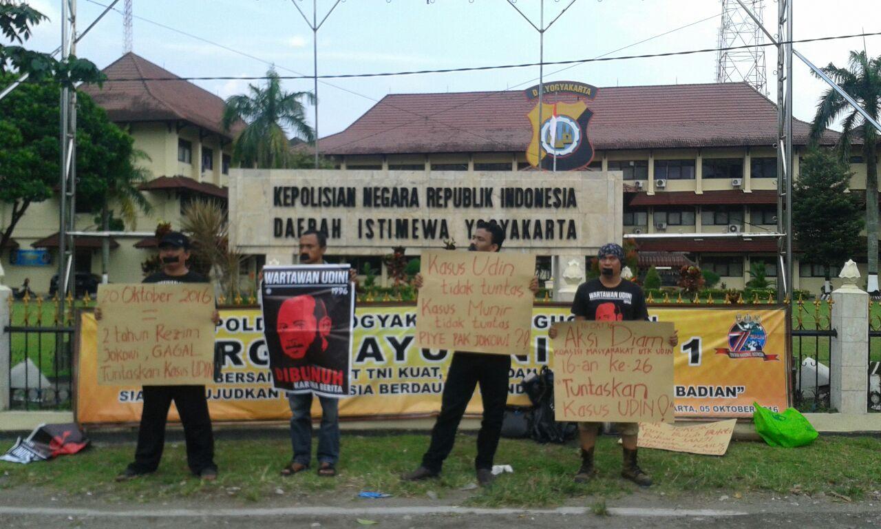 Koalisi Masyarakat untuk Udin melakukan aksi di depan polda DIY. Foto oleh Imam/EKSPRESI