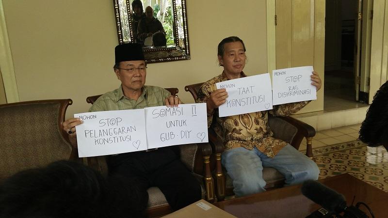 Z. Siput Lokasari dan Willie Sebastian kembali mengirim somasi kepada Gubernur DIY, Kamis (20/10). Foto oleh Aziz/EKSPRESI